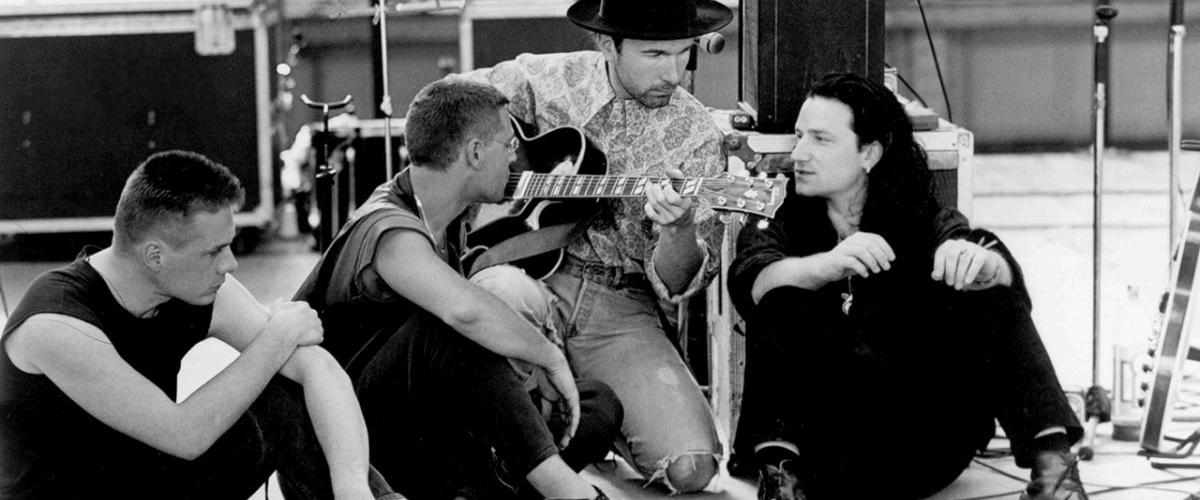 U2 « COMBIEN DE TEMPS DEVRONS-NOUS CHANTER CETTE CHANSON ? »